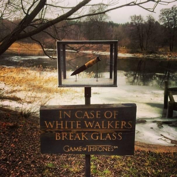 En caso de caminantes blancos rompa el vidrio